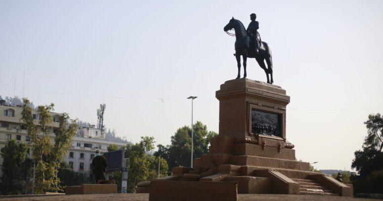"""Gobierno y quema de estatua a Baquedano: """"Les pedimos que no destruyan Chile"""""""
