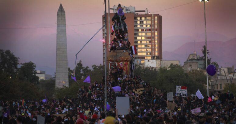 Carabineros dispersa manifestación tras nuevo intento de quema de estatua de Baquedano