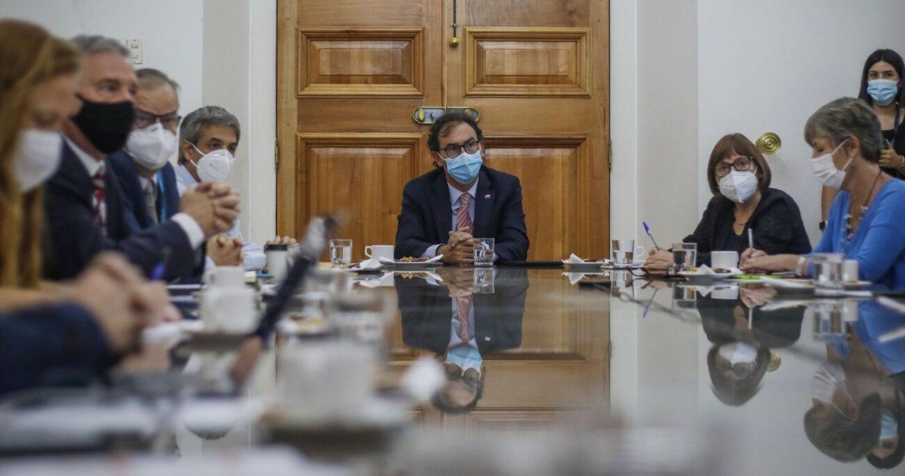 El ministro Figueroa en la reunión con el consejo asesor. (Agencia Uno)
