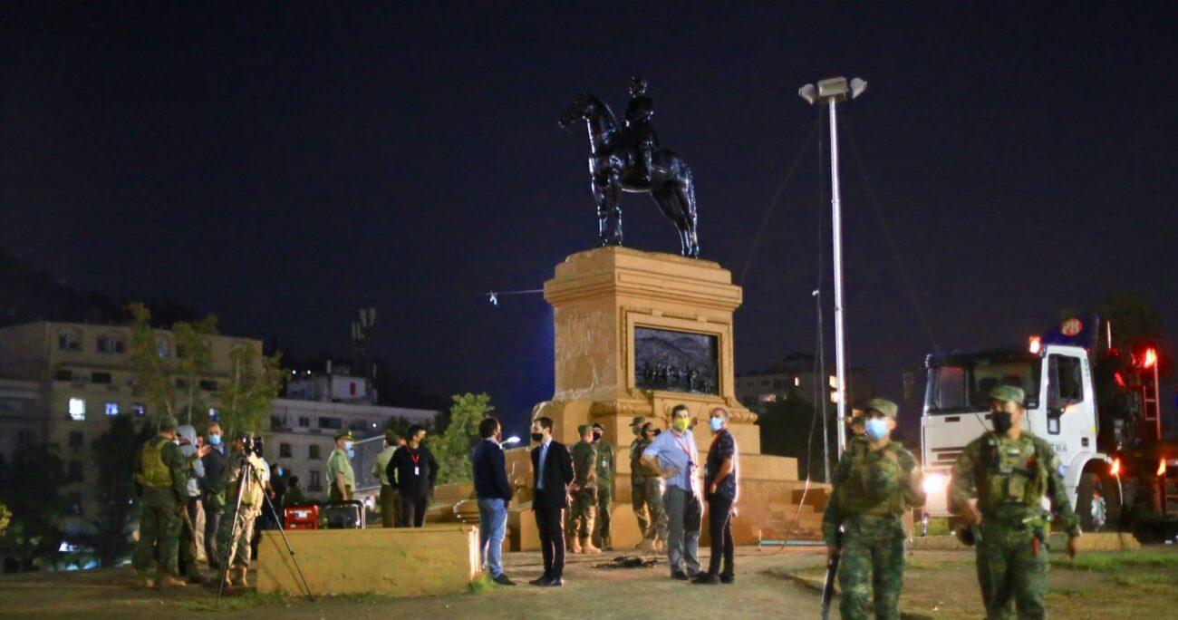 El Presidente Piñera dejó en claro que el monumento volverá a su lugar tras ser restaurado. Foto: Agencia UNO