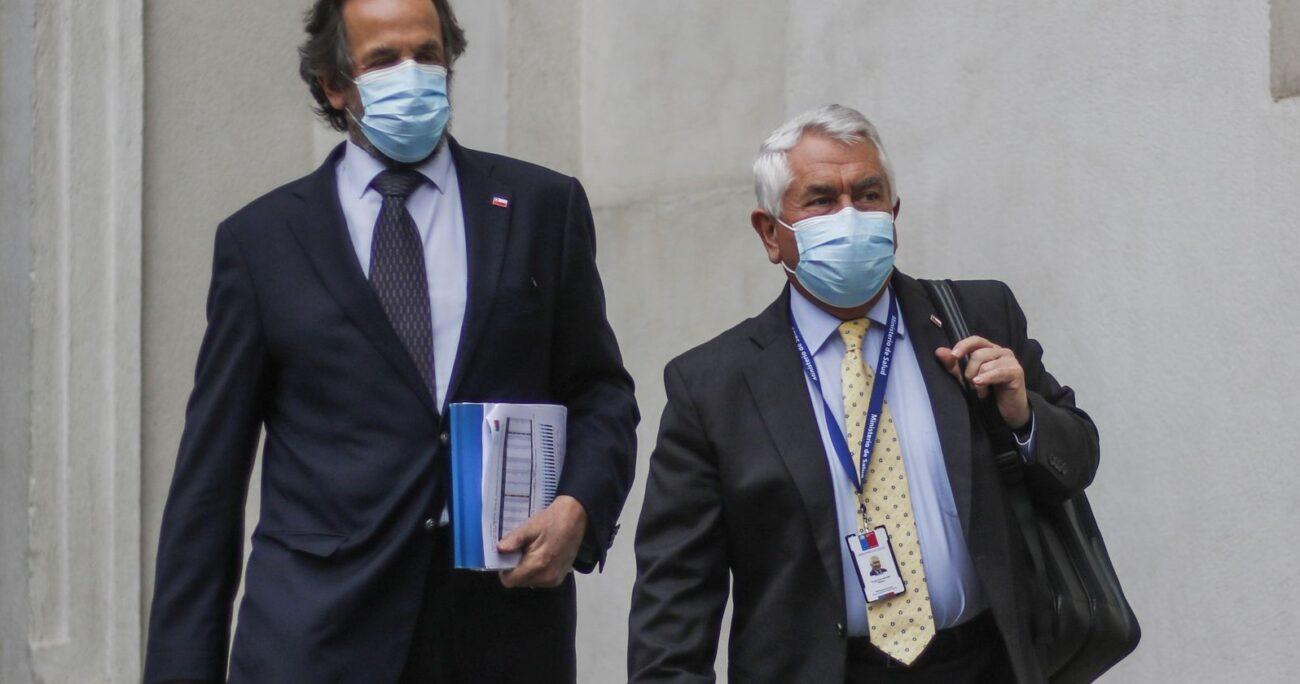 El ministro junto con el subsecretario de Redes Asistenciales, Alberto Dougnac. (Agencia UNO)