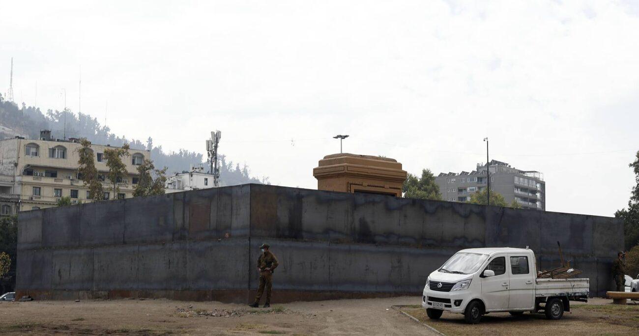 Monumento a General Baquedano, resguardado por muro metálico (Agencia UNO/Archivo)
