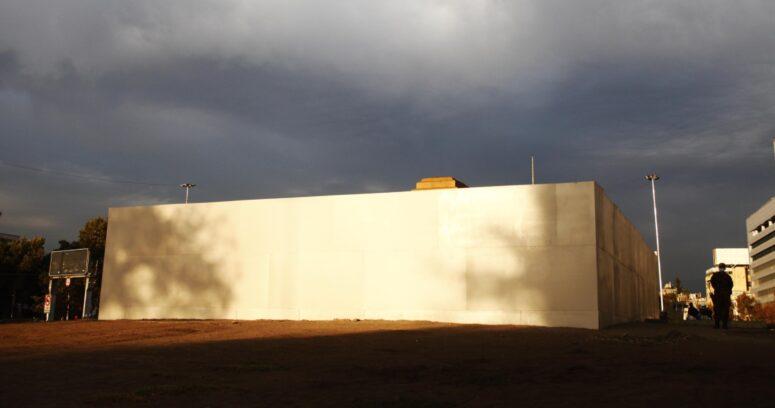 """""""3,5 metros de altura y 12 toneladas de peso: finaliza instalación de muralla de acero en Plaza Baquedano"""""""