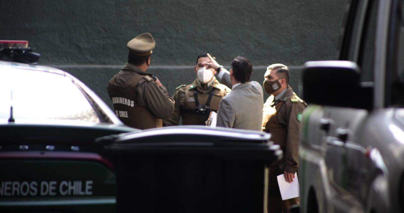 El fiscal Fernando Ruiz se constituyó en el sitio del suceso para ordenar a la PDI las diligencias. (Agencia UNO)