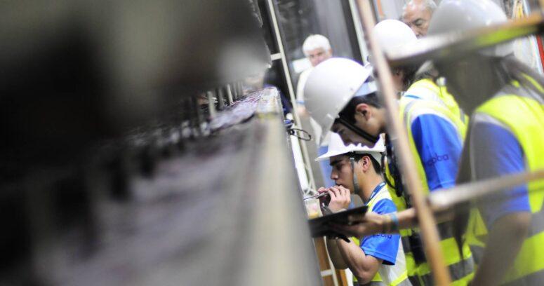 Lanzan en 15 liceos técnicos del país la primera versión del programa que busca fortalecer la educación dual