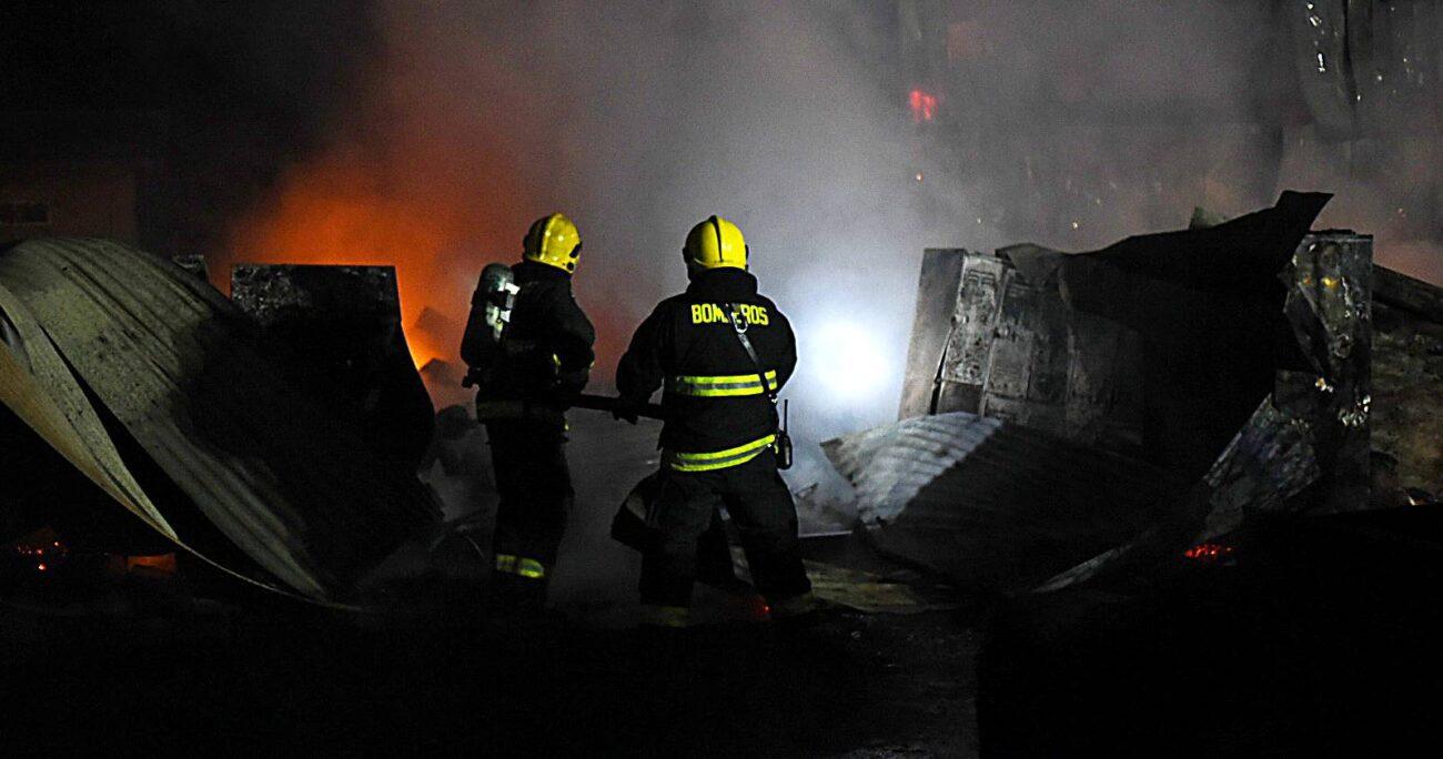 Personal de Bomberos de Pitrufquén y Freire llegaron hasta el lugar a controlar el fuego. / Foto: AGENCIA UNO.