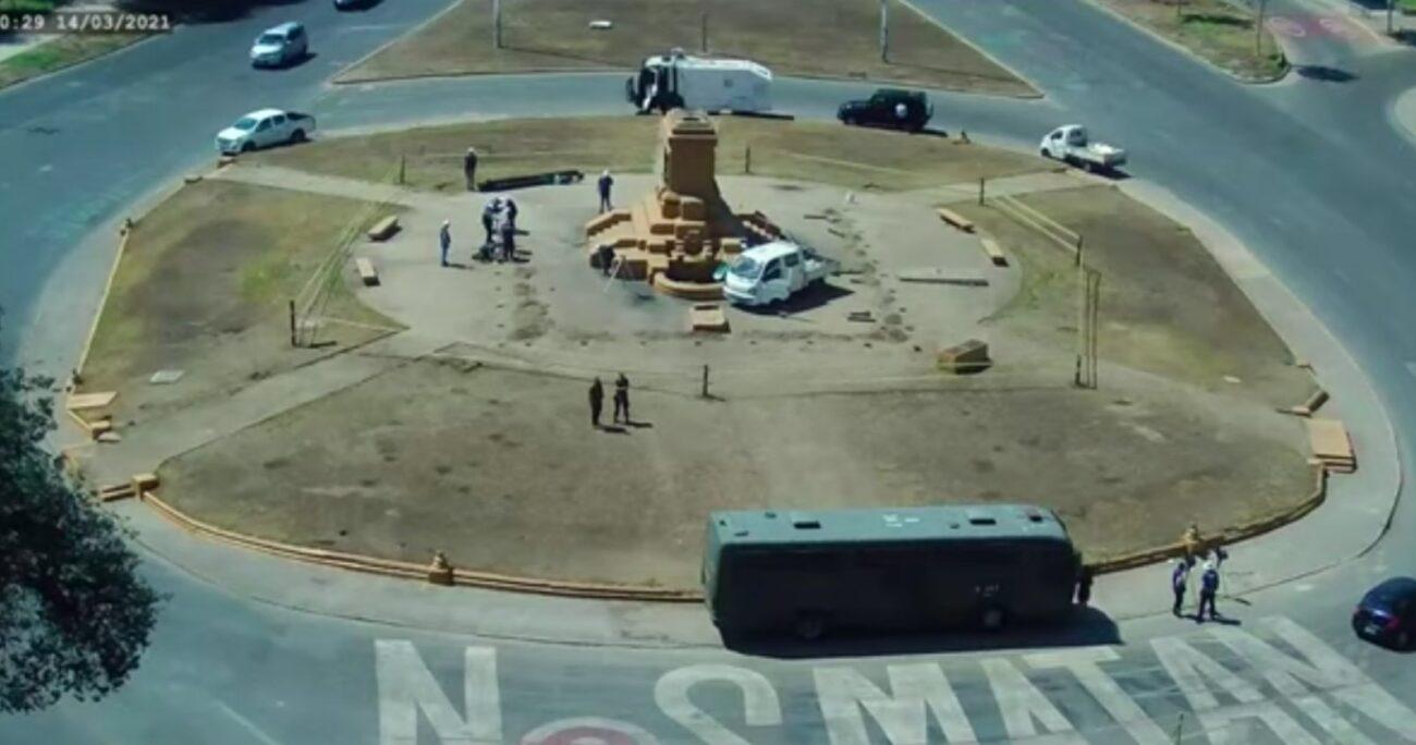 La estatua del general Baquedano fue retirada y enviada a Cerrillos para su restauración. (Captura Galería Cima).