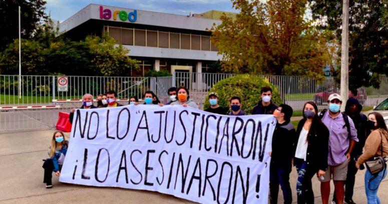 Juventud UDI protesta en frontis de La Red tras entrevista a Hernández Norambuena
