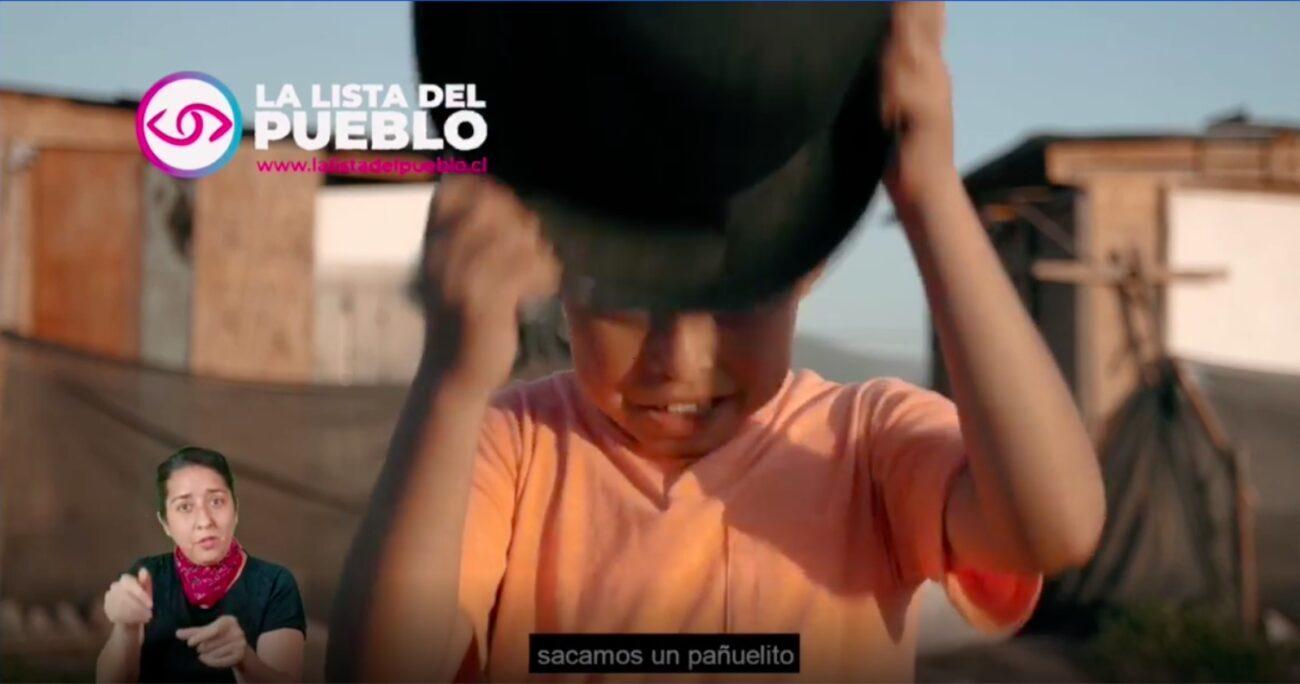En el video se ve a un niño hacer un gesto ofensivo contra los partidarios del Rechazo. (Captura de pantalla)