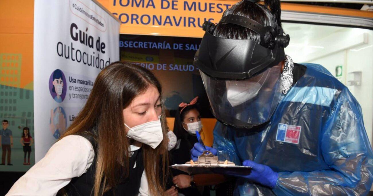 Funcionario del Minsal llena formulario para PCR de estudiante en colegio en Santiago. (Mineduc)