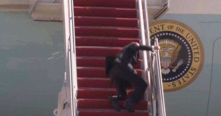 VIDEO – La caída de Joe Biden en el avión presidencial