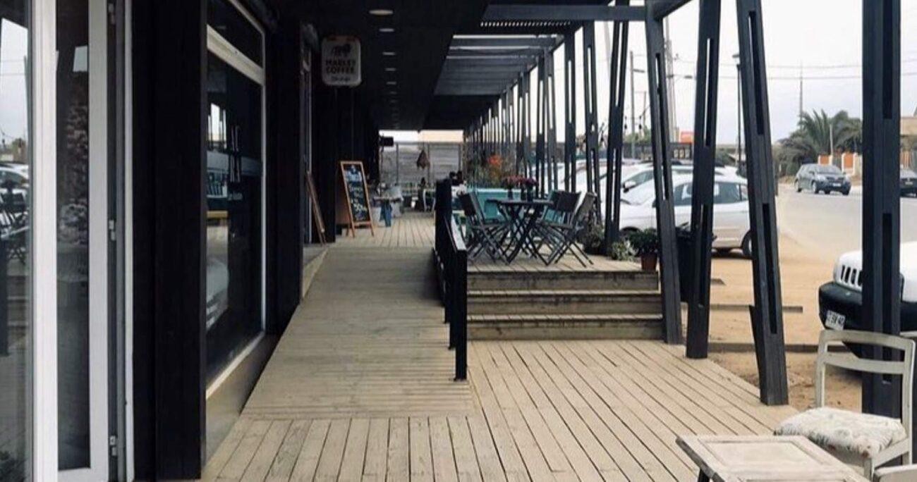 Rampa de madera con baranda para personas con movilidad reducida del restaurante Veru, uno de los destacados de Panoramas Accesibles. (Panoramas Accesibles)