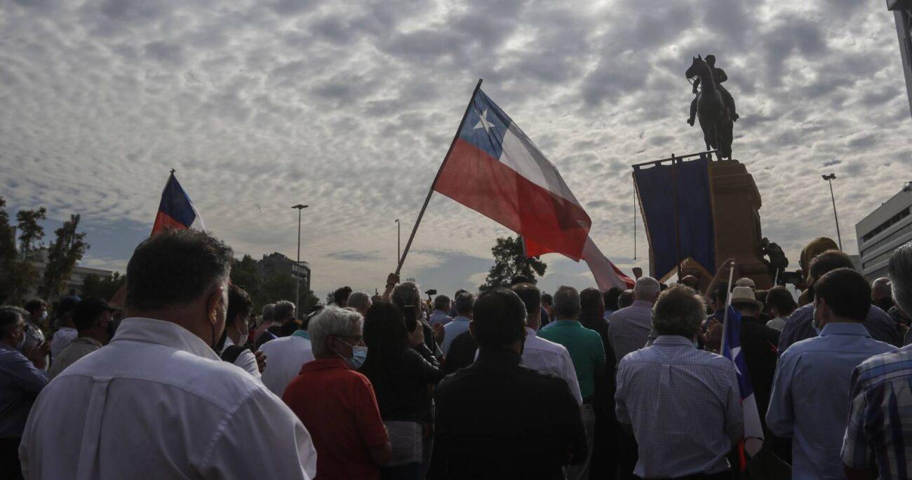 Cerca de 50 militares en retiro llegaron al monumento ecuestre de Manuel Baquedano / Foto: Agencia Uno