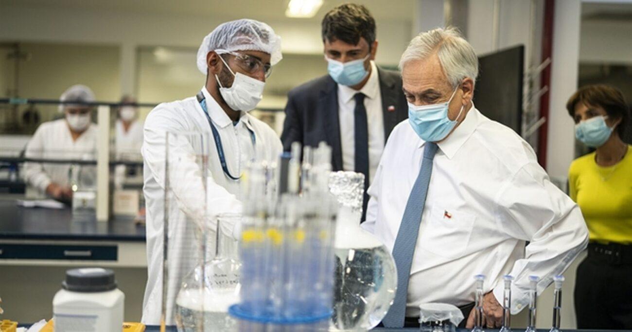 El Presidente Piñera revisando las instalaciones del laboratorio a cargo de la importación. (M. de Ciencia)