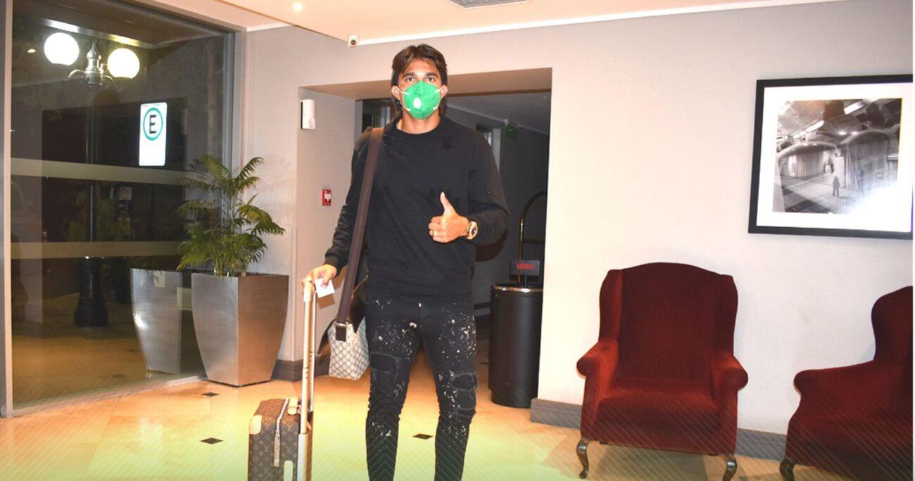 El jugador boliviano Marcelo Moreno Martins durante la llegada del equipo a Chile. (FBF)