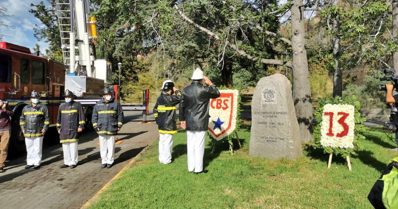 Los voluntarios homenajeando al mártir de la institución. (CBS)