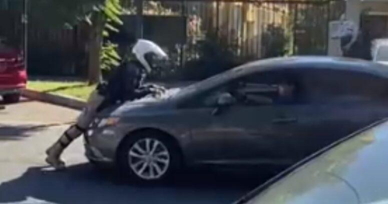 VIDEOS – Conductor furioso atropelló a guardia municipal en Providencia