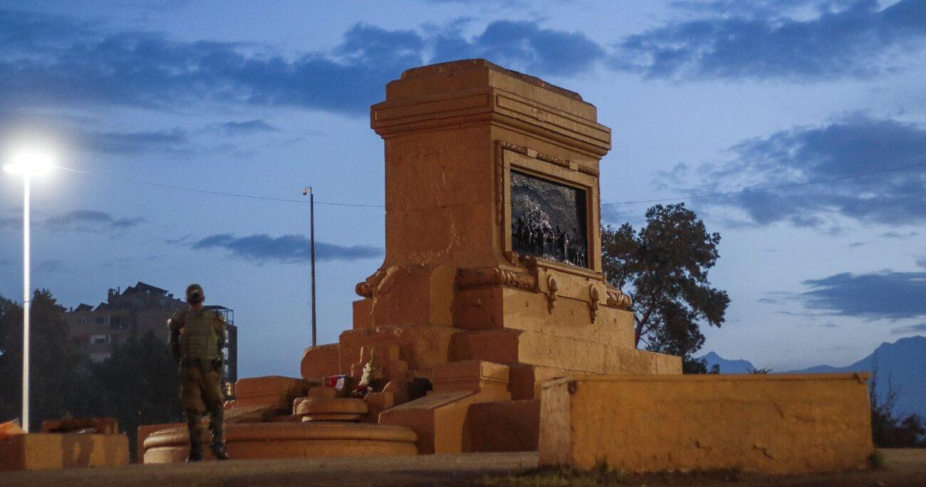 A pesar de ser retirada la estatua, Carabineros aún custodia el lugar. (Agencia Uno).