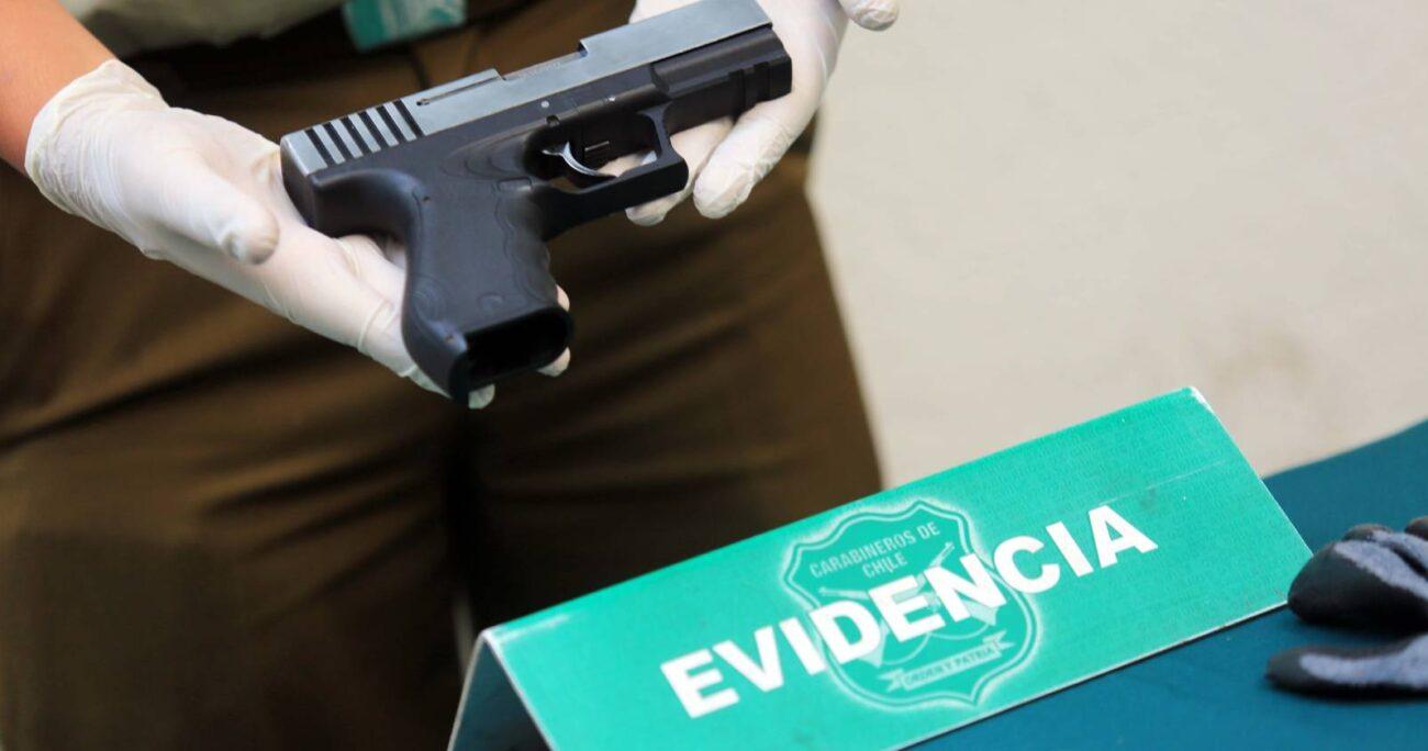 Armamento de evidencia tras detención de tres hombres en Plaza Baquedano (Agencia UNO/Archivo).