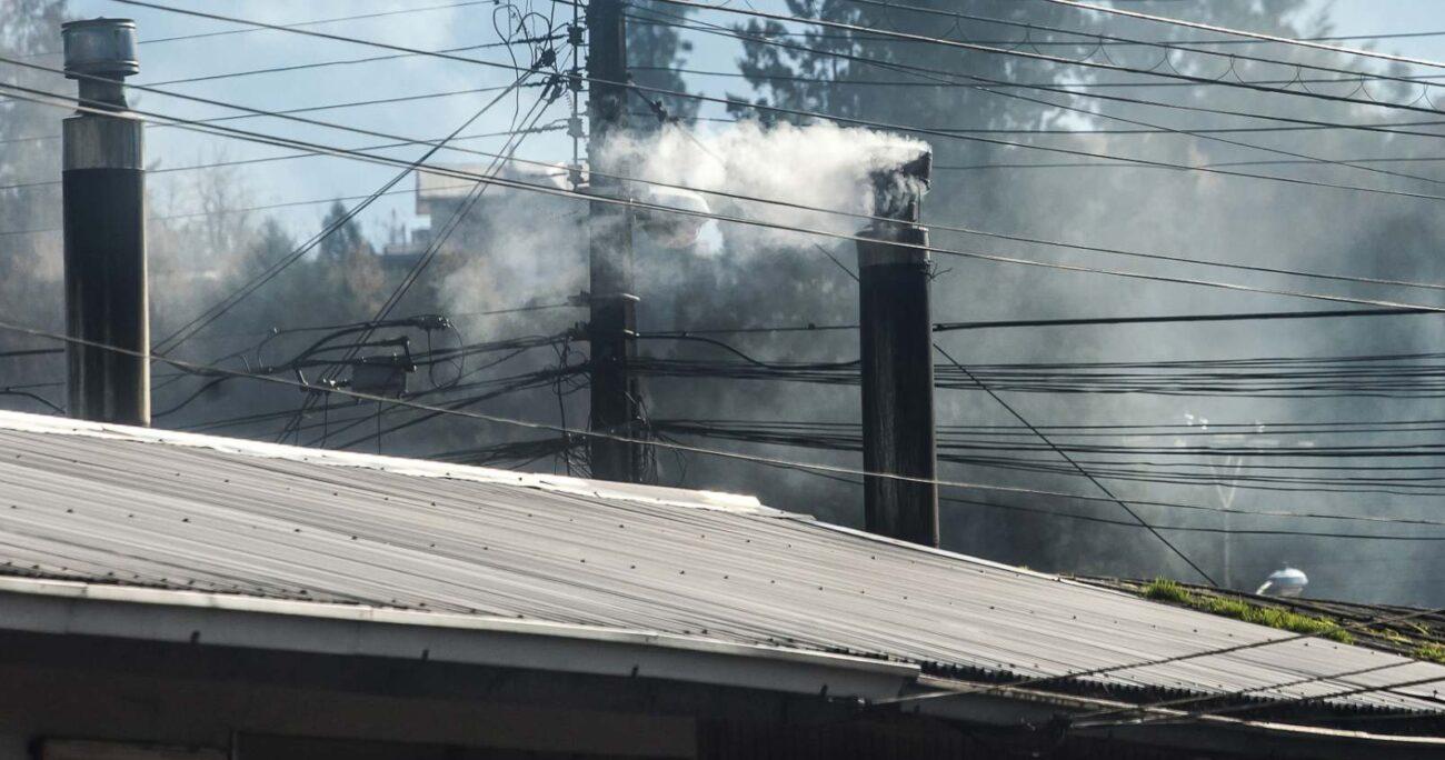 Una de las principales causas de la contaminación del aire está en la suspensión de material particulado MP 2,5, generado por el uso de leña para la calefacción de hogares. AGENCIA UNO/ARCHIVO.