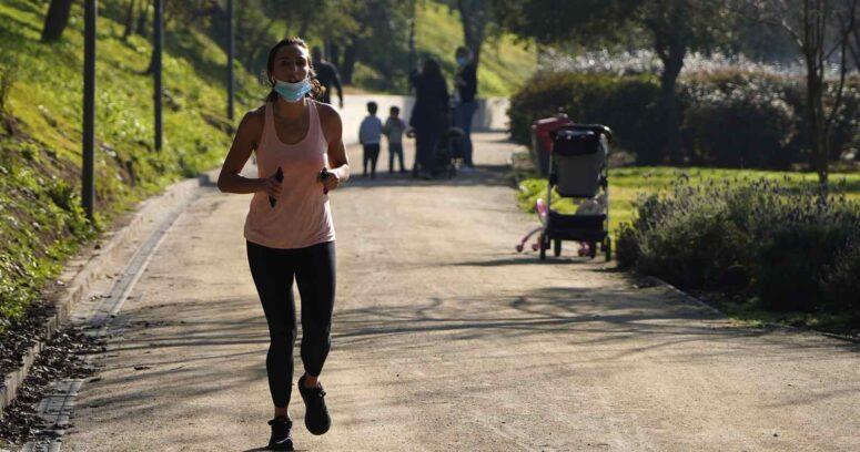 """Actividad física en pandemia: un 77% de los santiaguinos está de acuerdo con la banda horaria de """"Elige Vivir Sano"""""""