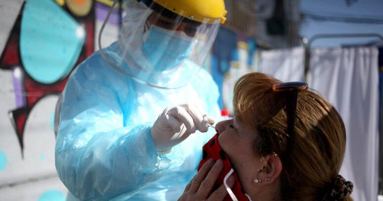 Alza de casos activos: ¿Por qué la vacunación masiva no se refleja aún en las cifras diarias de contagios?