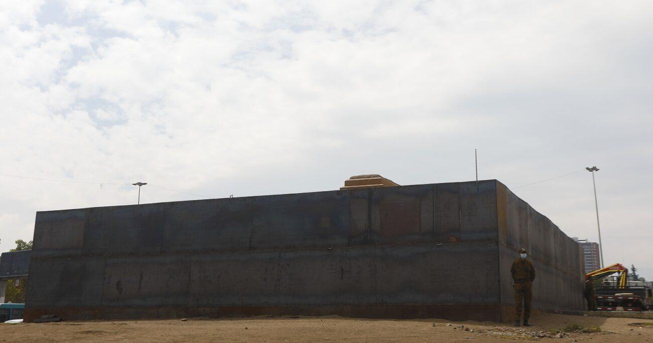Se trata de un muro de 3,5 metros de altura instalado en la Plaza Baquedano. (Agencia UNO).
