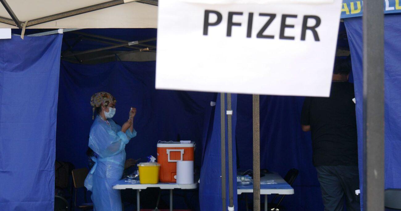 Un vacunatorio entregando dosis de Pfizer. AGENCIA UNO/ARCHIVO