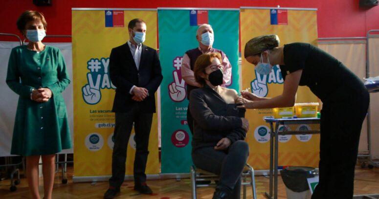 """""""Gobierno británico menciona a Chile como ejemplo de que la vacunación no basta para terminar la pandemia"""""""