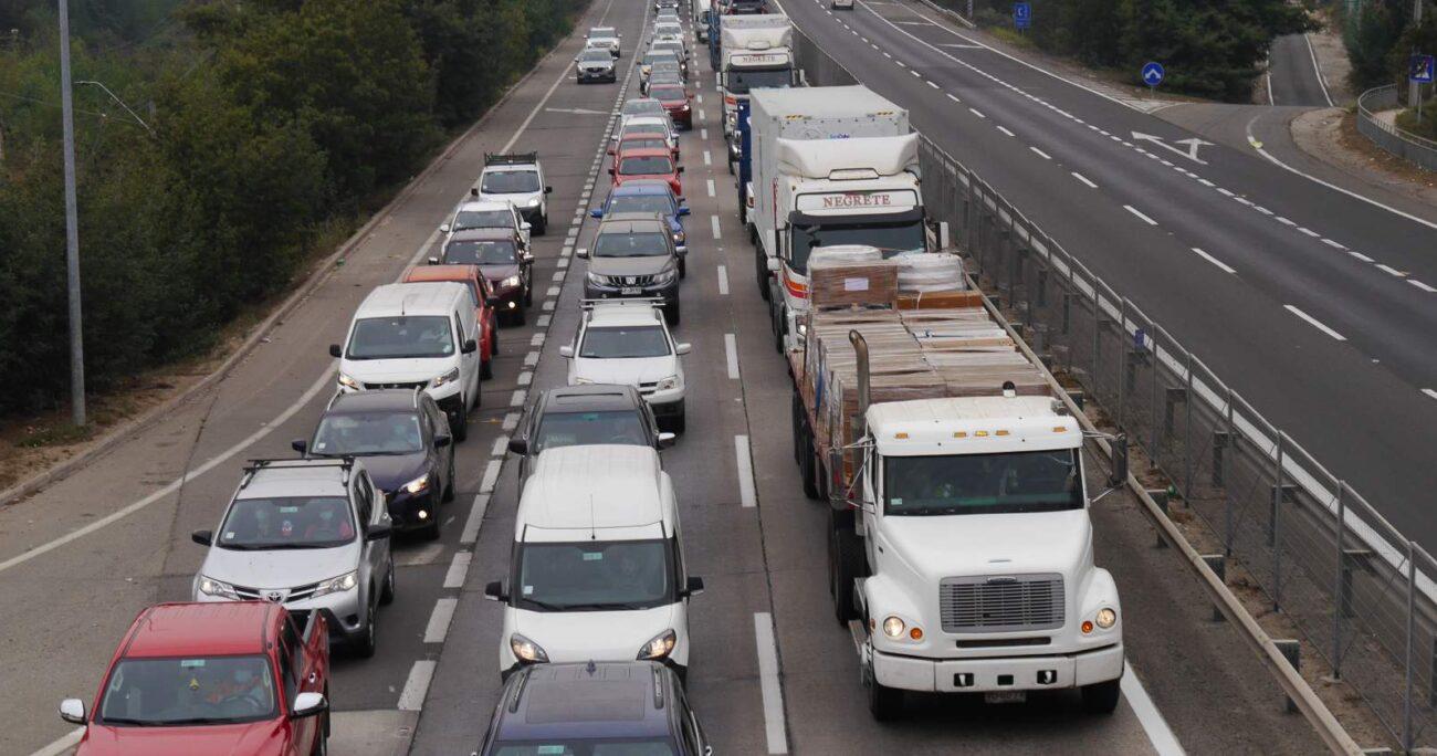 Y es que la fila de vehículos se extendía por cerca de 16 kilómetros. Foto: Agencia UNO