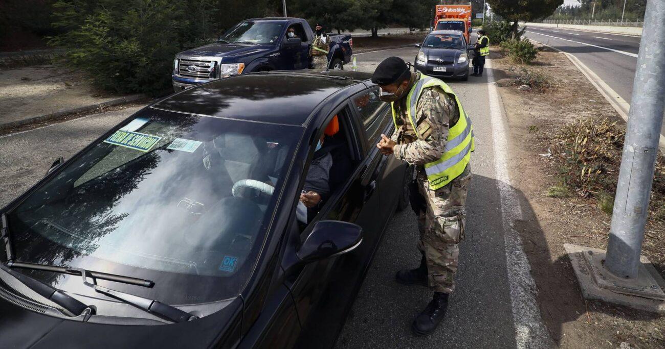 Desde Carabineros informaron que aquellos conductores que cuenten con el Permiso Único Colectivo podrán cruzar sin problemas por los cordones sanitarios. (Foto: Agencia UNO)