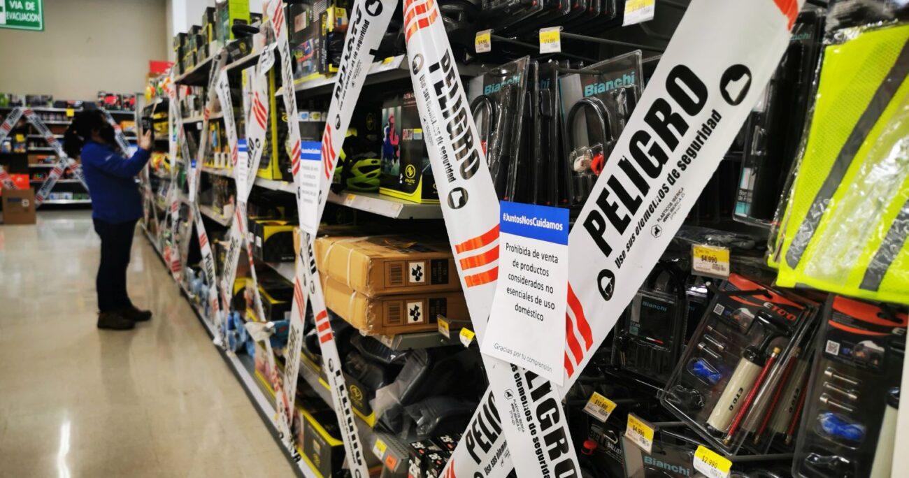 Los supermercados debieron instalar huinchas en los pasillos de productos no esenciales. (Agencia UNO)
