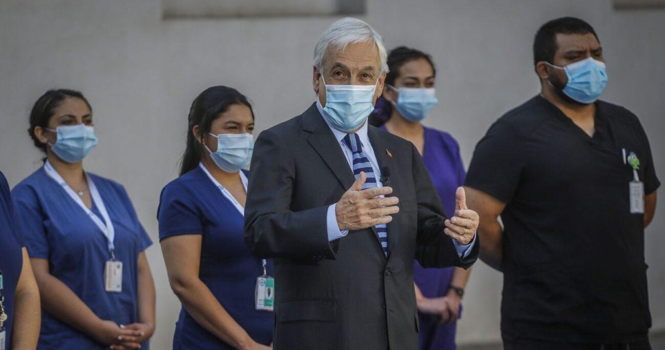 El Presidente junto con los trabajadores de la salud. (Agencia Uno)
