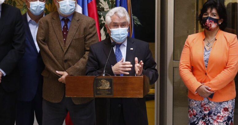 Enrique Paris reitera rechazo a flexibilizar el proceso de vacunación a toda la población