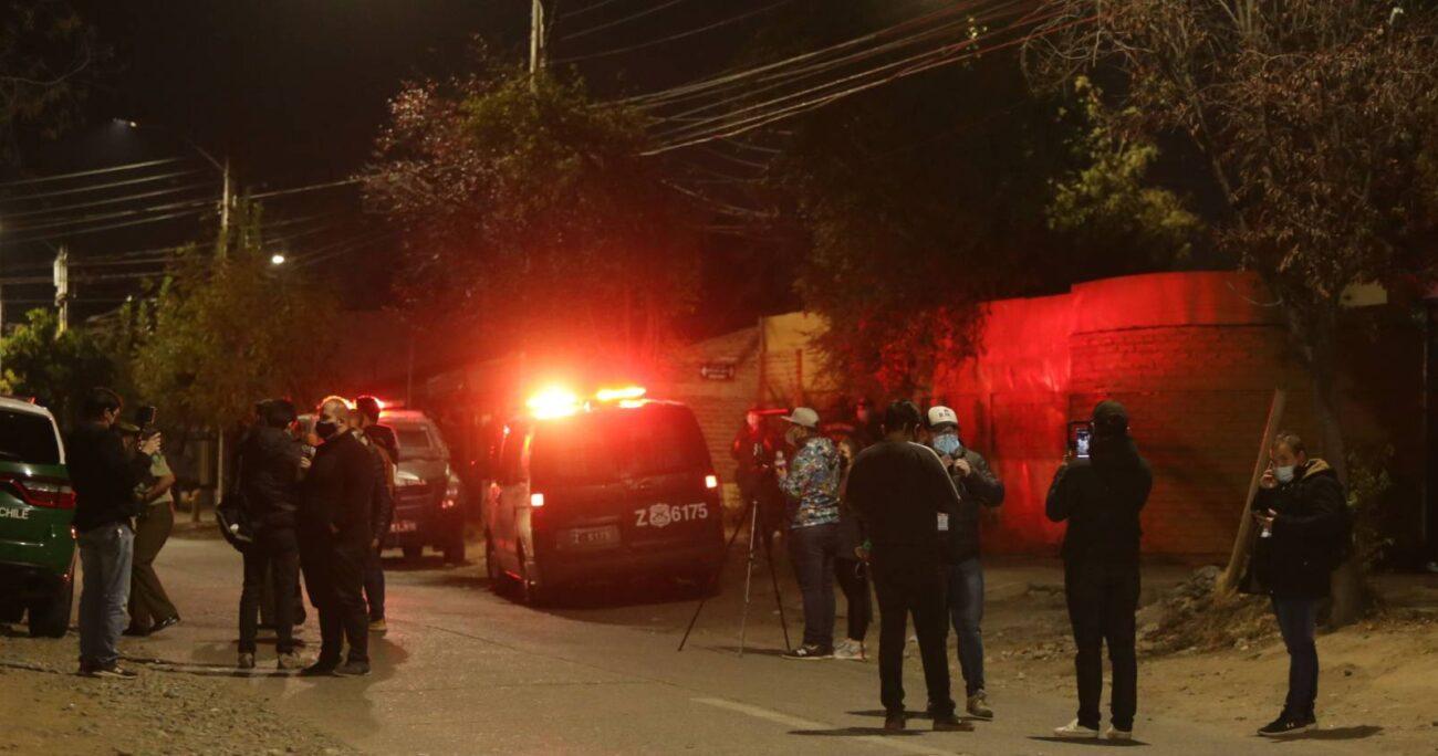 Personal de Carabineros debió intervenir anoche en el exterior de la Residencia Catalina Kentenich tras las manifestaciones de los vecinos del sector. AGENCIA UNO