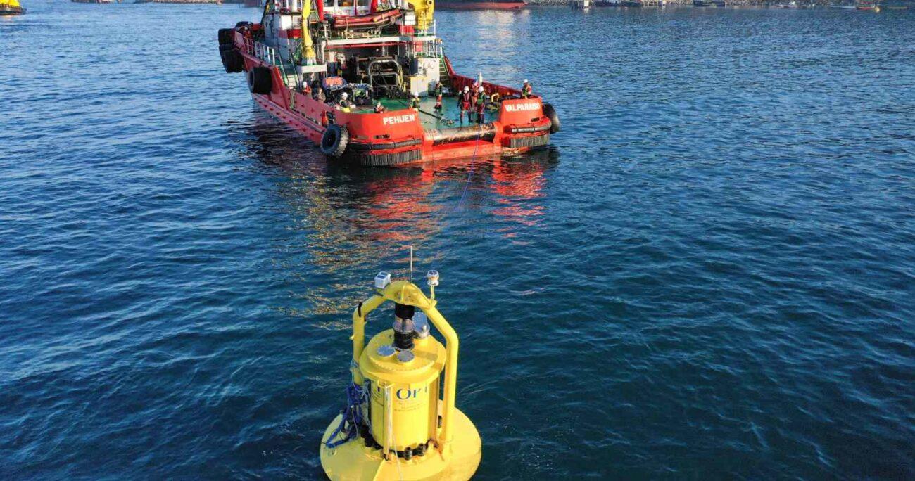 Este convertidor tiene 14 metros de largo y pesa 10 toneladas, además fue diseñado para operar en el océano a 20 metros de profundidad. ENEL GREEN POWER CHILE