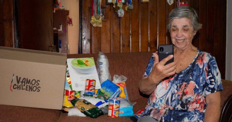 """Campaña """"Vamos Chilenos"""": 35 mil adultos mayores ya están recibiendo apoyo a través de celulares especialmente diseñados para ellos"""