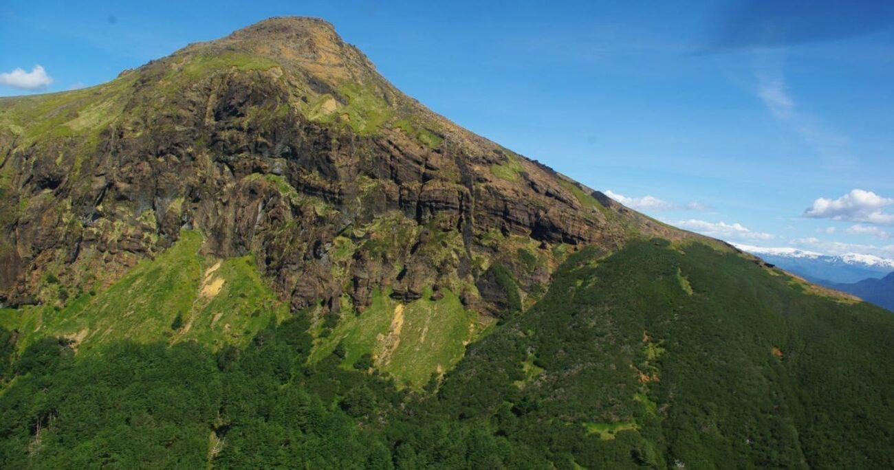 De Pascale advierte que al ser un volcán activo, Mate Grande presenta un peligro geológico. Foto: Geología U. de Chile