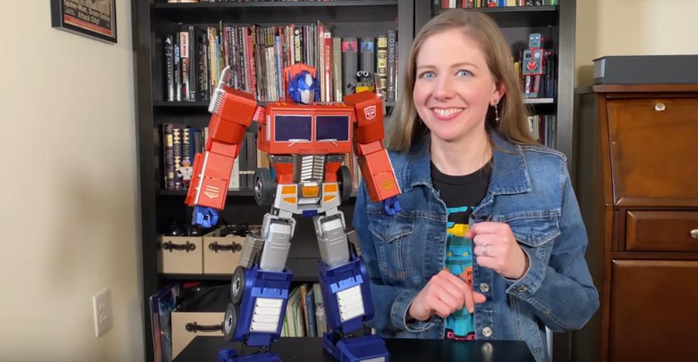 Y es que el robot de 48,6 centímetros de alto junto con representar cada detalle de Optimus Prime, también puede convertirse en un Autobot por sí mismo.
