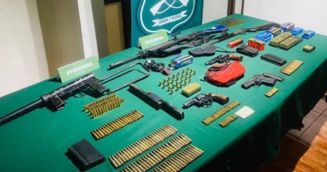 Carabineros encontró importante armamento y munición de guerra en el allanamiento al domicilio del funcionario del Poder Judicial. (Foto: Carabineros).
