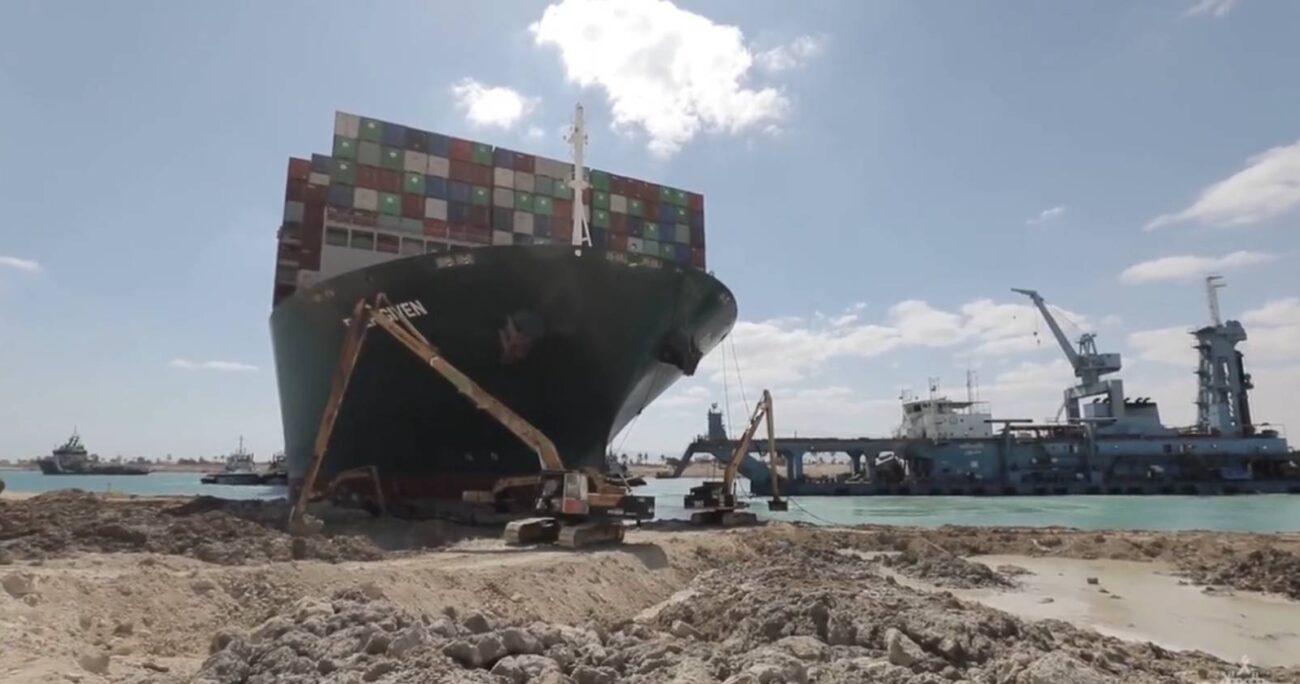 Por el canal de Suez transita un 12% del comercio mundial y una proporción significativa del flete de petróleo y gas.