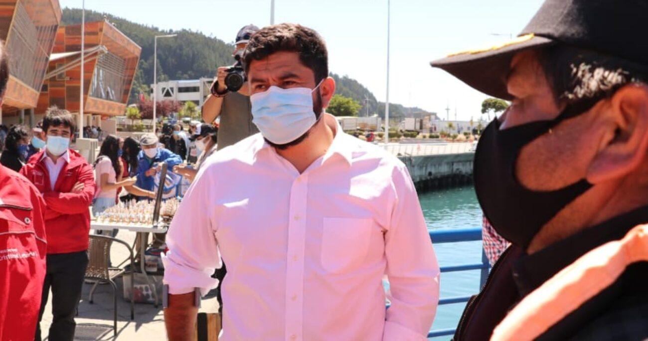 Más de 1.300 toneladas de salmones muertos por el bloom de algas son trasladados a Talcahuano. (@munitalcahuano)