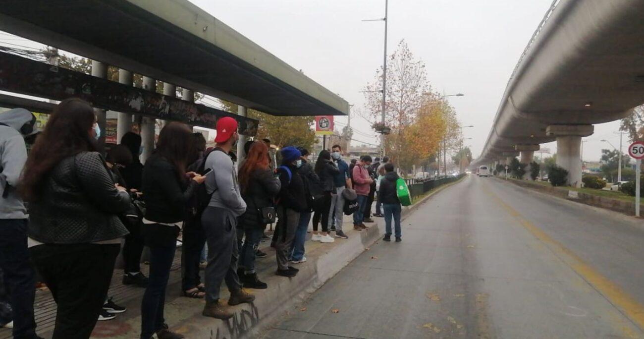 En los paraderos ubicados en las afueras de las estaciones afectadas se registró gran cantidad de personas. TWITTER