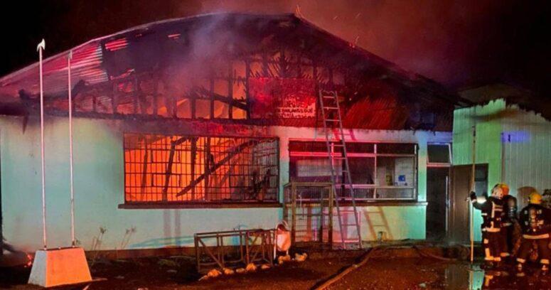 """""""Quemaron escuela en Victoria: bomberos fueron recibidos a balazos"""""""