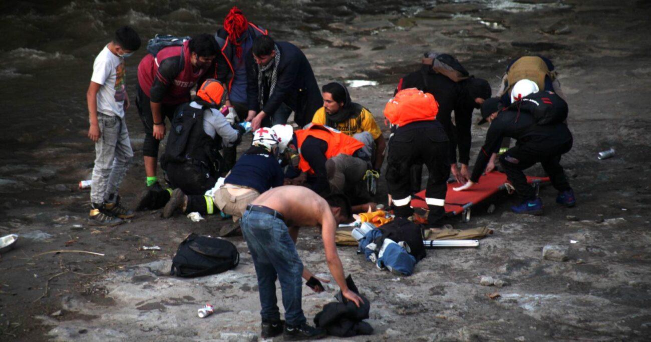 El joven cayó desde el puente mientras huía de Carabineros durante una manifestación en Plaza Baquedano. AGENCIA UNO/ARCHIVO
