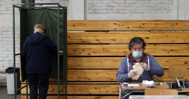 """Por """"incitar al voto"""" detienen a padre de candidato a alcalde de Villa Alegre"""
