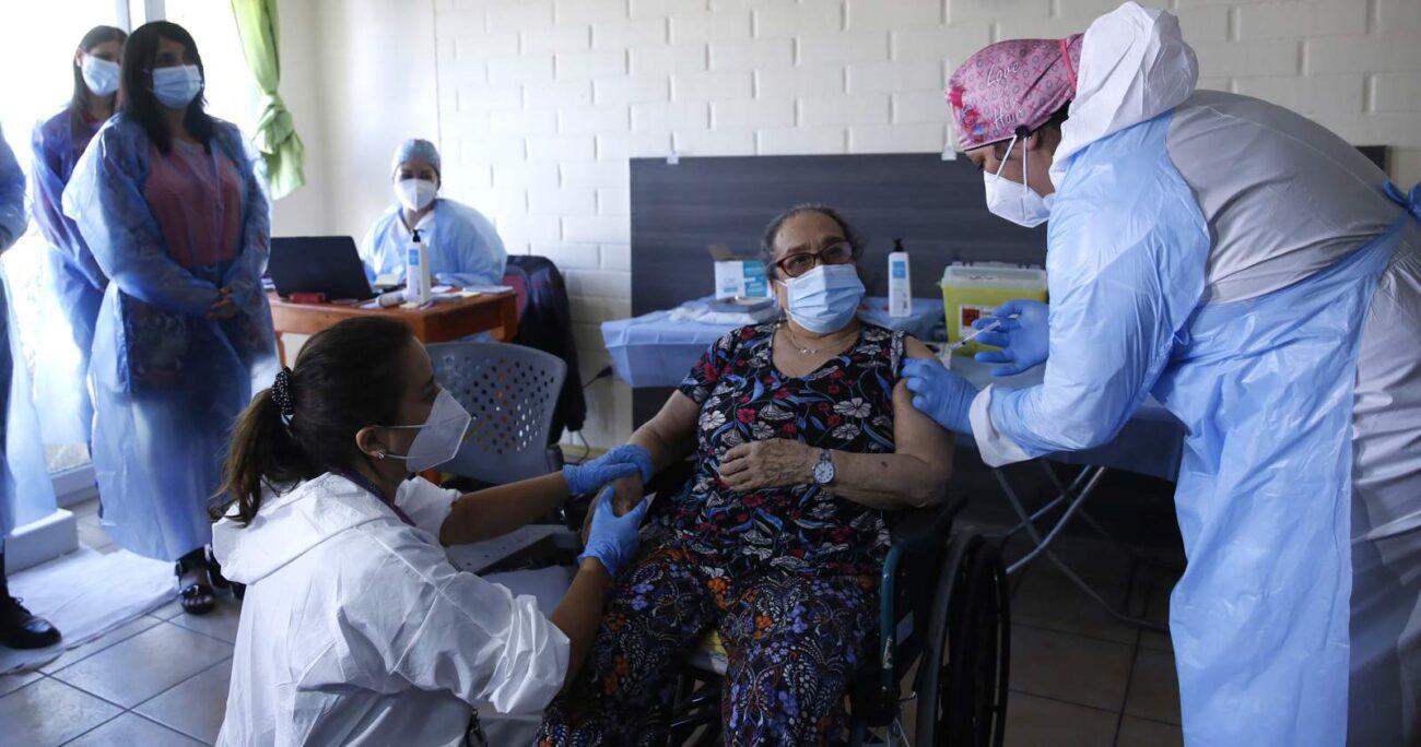 La inoculación de los adultos mayores en residencias comenzó en enero. AGENCIA UNO/ARCHIVO