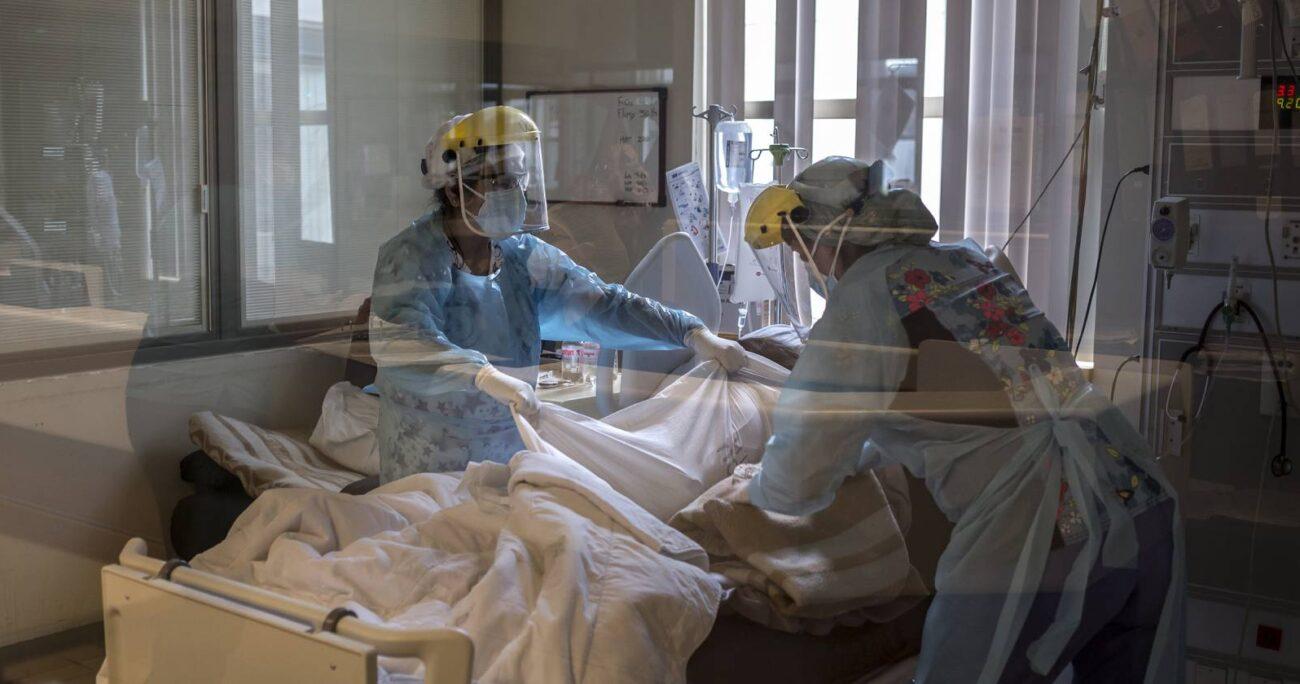 Afrontar largos turnos y capacitarse para luchar contra una enfermedad grave y desconocida, han sido parte de los desafíos que han debido asumir estos profesionales. AGENCIA UNO/ARCHIVO
