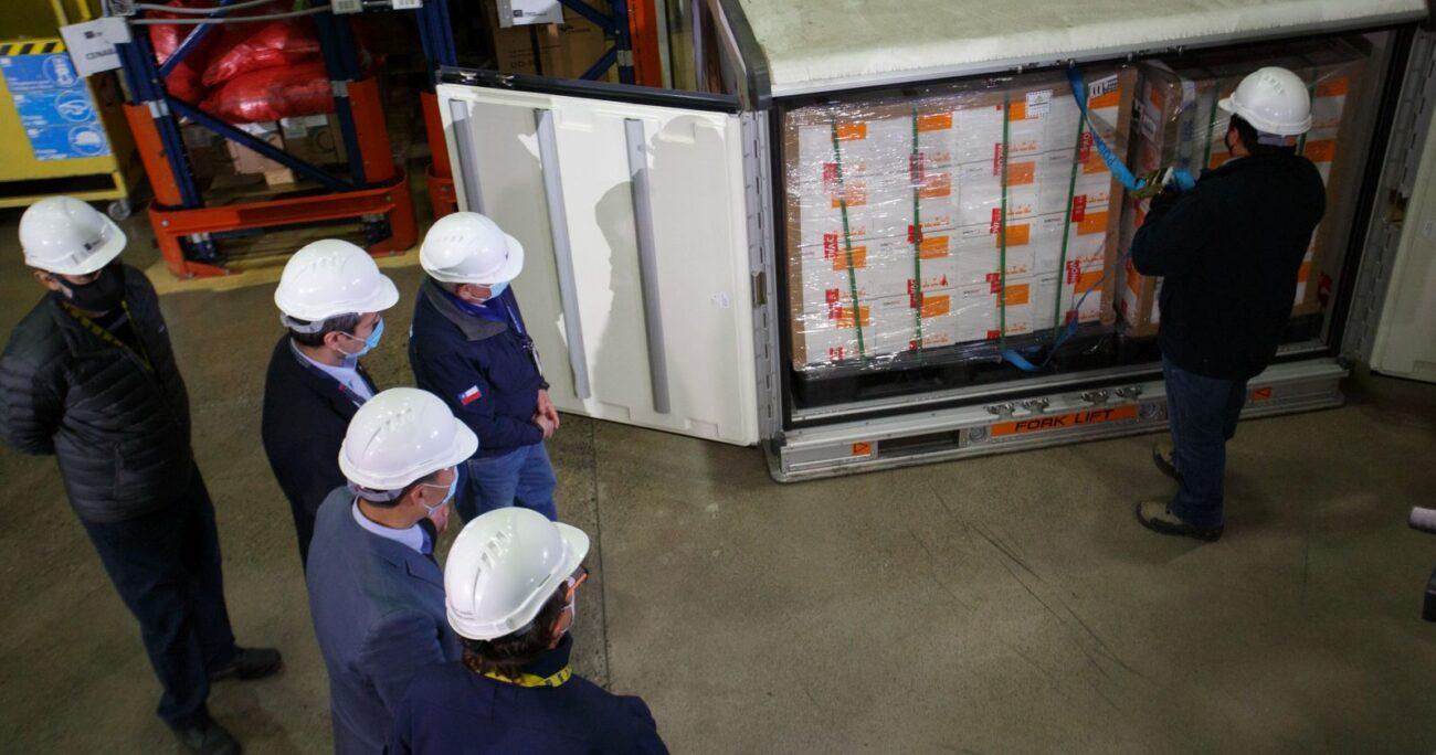 Las autoridades recibiendo el nuevo cargamento. AGENCIA UNO