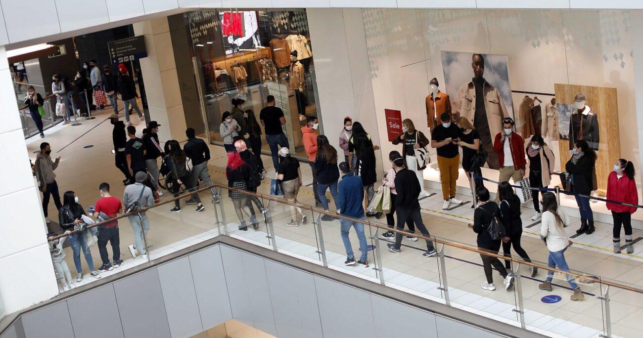 Los compradores esperando su turno para ingresar a las tiendas durante este lunes. AGENCIA UNO